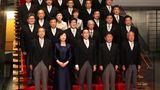 Tokio, Japan: Der neue Premierminister Fumio Kishida (Mitte vorne) posiert mit seinen Kabinettsmitgliedern bei einer Fotosession in seiner offiziellen Residenz.Kishida, Präsident der japanischen Regierungspartei Liberaldemokratische Partei (LDP), wurde am 4. Oktober 2021 zum 100. Premierminister des Landes gewählt.