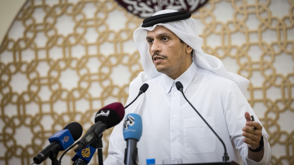Szejk Mohammed bin Abdul Rahman bin Jassim Al Thani, minister spraw zagranicznych Państwa Kataru, na konferencji prasowej w Doha.