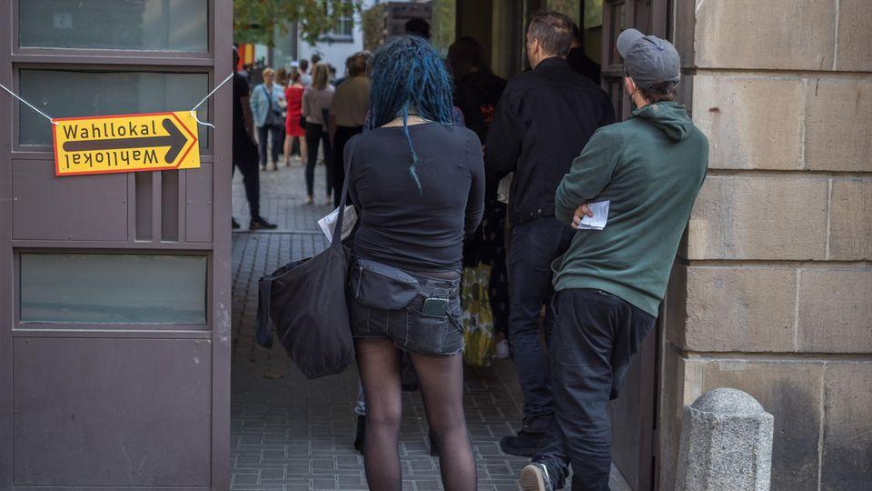 Wahl in Berlin: Wahlberechtigte warten vor einem Wahllokal