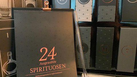 Booklet und Strohhalm des Amazon-Spirituosen-Adventskalenders.