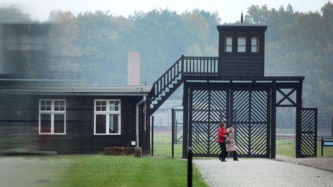 Besucher gehen am Eingang des Stutthof Museums in Sztutowo (Polen) vorbei