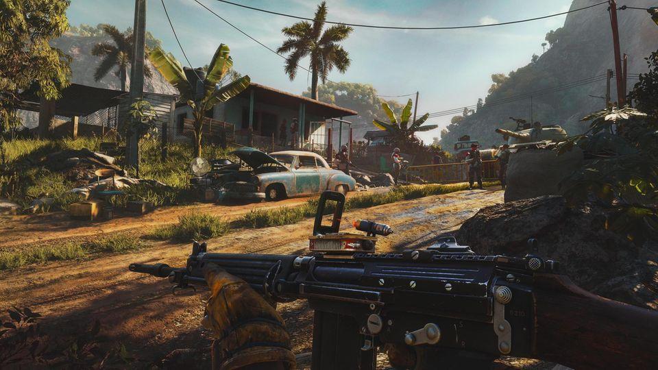 Eine Szene aus Far Cry 6 mit einer Sandpiste und Palmen
