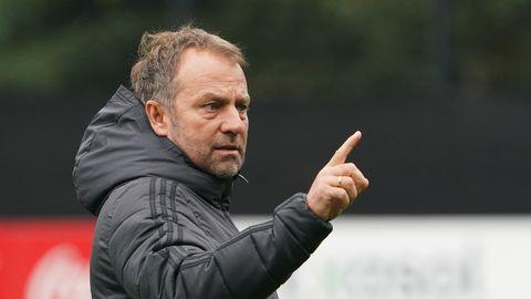 Bundestrainer Hansi Flick gestikuliert