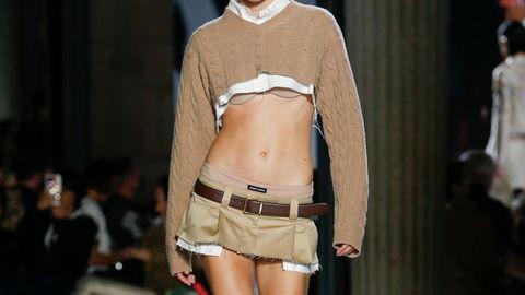 """Miu Miu auf der """"Paris Fashion Week"""": Bodyshaming vorprogrammiert: Diesen 2000er-Trend will keiner zurück"""