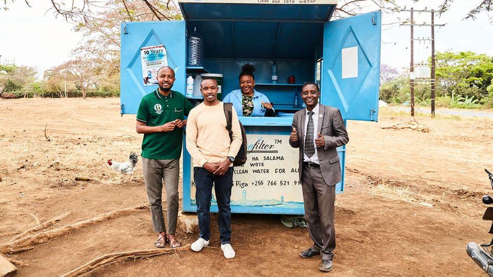 Erfinder Askwar Hilonga, Kioskbetreiberin Mariam Yusuph und das Evaluations-Team John P. Duwe und Edom A. Minja (v. r.)