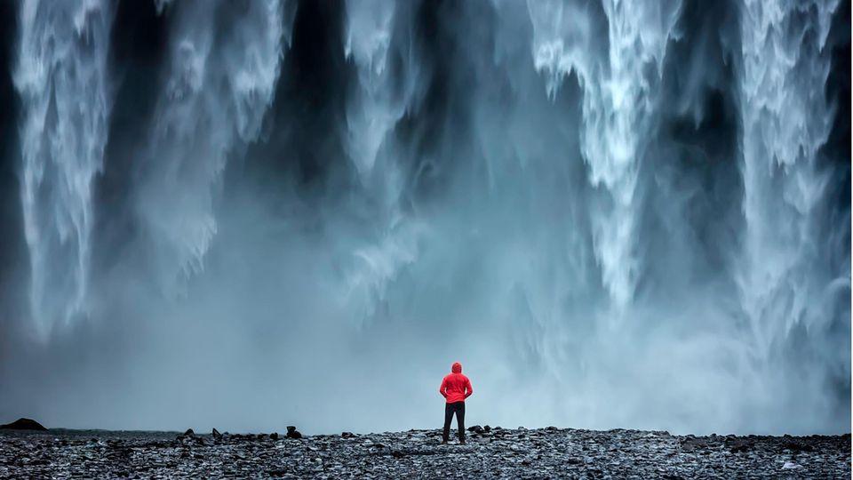 Wassergewalt, und der Mensch kann nur noch staunen – wie hier am Skógafoss-Wasserfall in Island