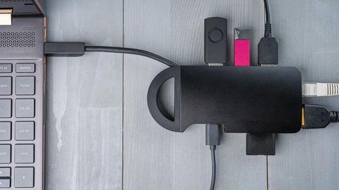 Ein USB-C-Hub verbindet den Laptop mit Internet, Bildschirm und weiteren Gerätschaften.