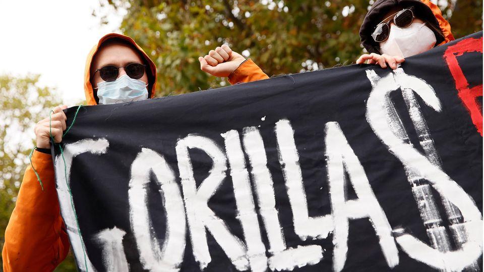 Ehemalige Gorillas-Kuriere protestieren vor der Konzernzentrale von Gorillas