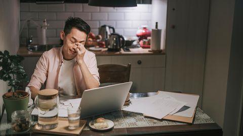 Umfrage mentale Gesundheit Arbeitsplatz: Ein Mann arbeitet im Home-Office und hat Stress
