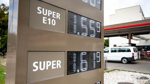 Die Preistafel für Kraftstoffe an einer Tankstelle
