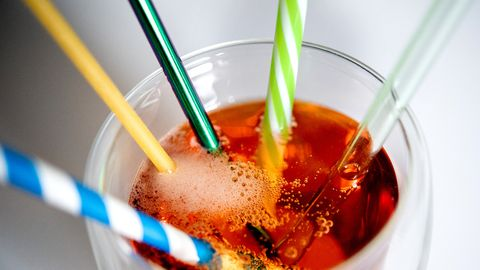 Verschieden Trinkhalme in einem Glas