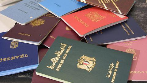 Reisepässe aus aller Welt liegen nebeneinander.