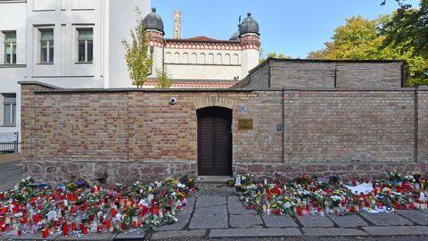 Blumen und Kerzen stehen neben der Tür zur Synagoge, vier Tage nach dem rechtsextremistischen Anschlag auf die Gemeinde.
