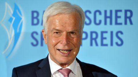 Journalist und Herausgeber Rainer Holzschuh schaut in die Kamera