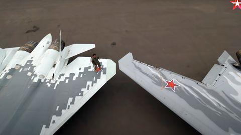 Das Video des Militärsenders zeigt die Drohne (rechts) neben der SU 57.