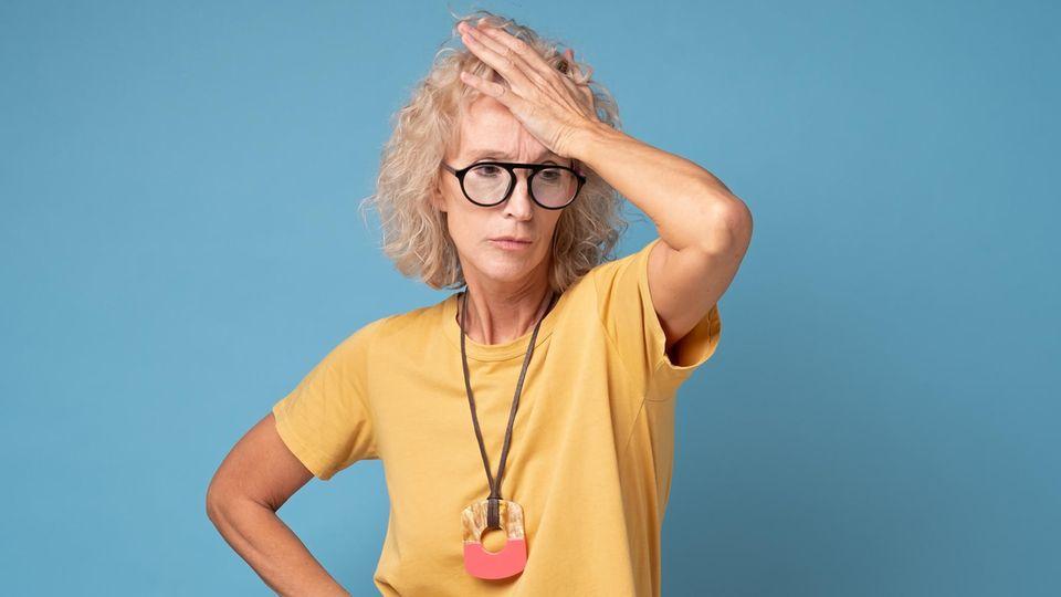 Wechseljahre: Eine Frau fasst sich an de Kopf 8Symbolbild)