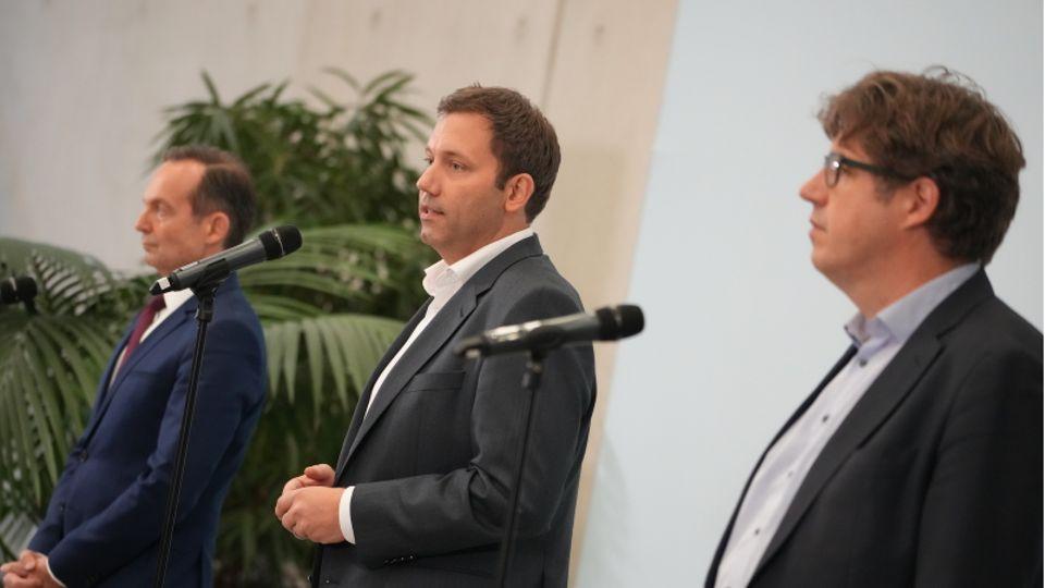 v.r.n.l.: Michael Kellner (Grüne), Lars Klingbeil (SPD) und Volker Wissing (FDP)