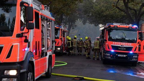 Feuerwehrleute vor Einsatzwägen
