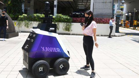 Singapur: Polizei-Roboter ermahnt asoziales Verhalten und jagt E-Scooter-Fahrer