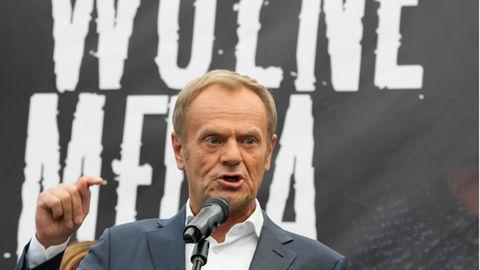Donald Tusk, Oppositionsführer Polens, spricht während einer Demonstration gegen die Änderung des Rundfunkgesetzes