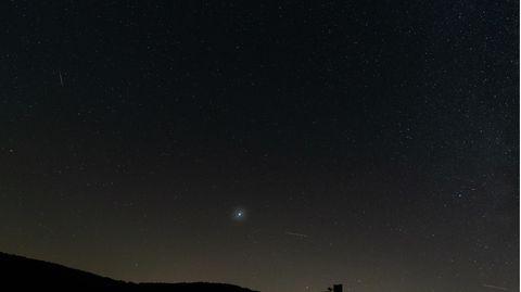 Ein Nachthimmel mit einem hellen Objekt