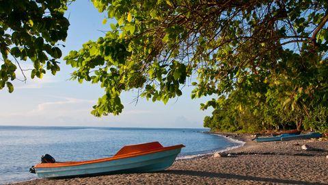 Ein kleines Motorboot liegt am Strand einer Salomonen-Insel
