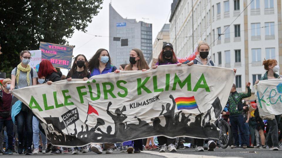 """Teilnehmerinnen einer Demonstration der Bewegung """"Fridays for Future"""""""