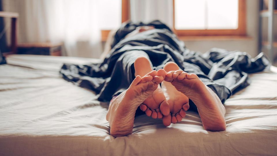 Paar im Bett beim Sex