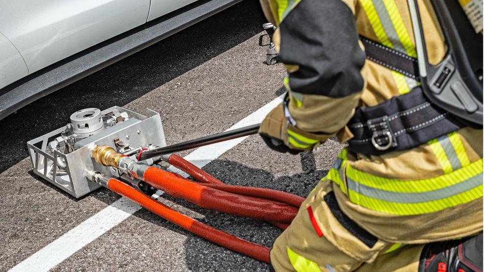 Ein Feuerwehrmann bedient einen Schlauch