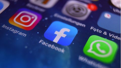 Auf dem Bildschirm eines Smartphones sind die Icons von Instagram, Facebook und WhatsApp zu sehen