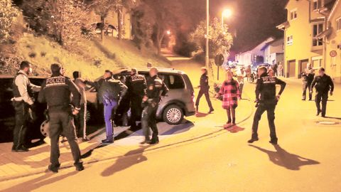 Polizisten versuchen eine Schlägerei zwischen zwei größeren Gruppen von Anwohnern und Unterstützen zu beruhigen