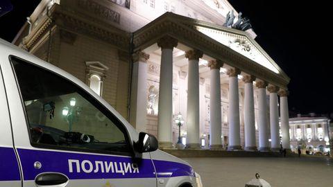 Ein Wagen von Sicherheitsbeamten steht vor dem Moskauer Bolschoi-Theater.