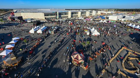 Auf dem Außengelände erinnert das Gigafest mehr an ein Volksfest. Für Kinder gibt es Fahrten mit Tesla-Bobbycars, für die großen Autofans ein Riesenrad und Autoscooter.