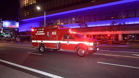 Ein Feuerwehrauto in Los Angeles fährt bei Dunkelheit