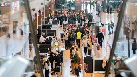 Wartende Menschen am Flughafen