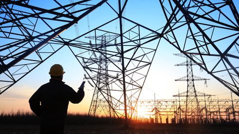 Stromleitungen und -mäste