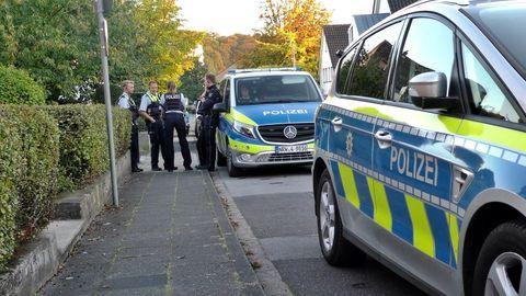 Einsatzkräfte der Polizei besprechen das Vorgehen in Leichlingen.