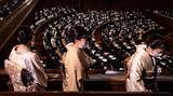 Frauen in traditionellen Kimonos besuchen eine Frage-und-Antwort-Runde von Japans Präsident Kishida.
