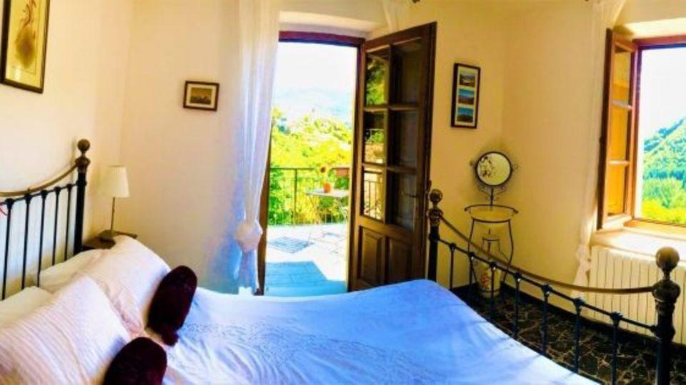 Eines der Schlafzimmer mit Austritt auf den Balkon.