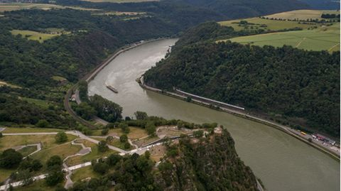Rhein im Bereich des Loreleyfelsens bei St. Goar