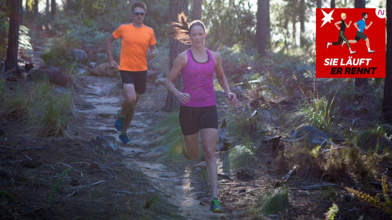 Eine Frau und ein Mann laufen durch einen Wald
