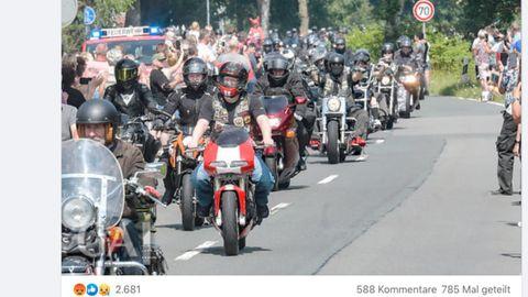 Eine Gruppe Motorradfahrer fährt durch Lübeck