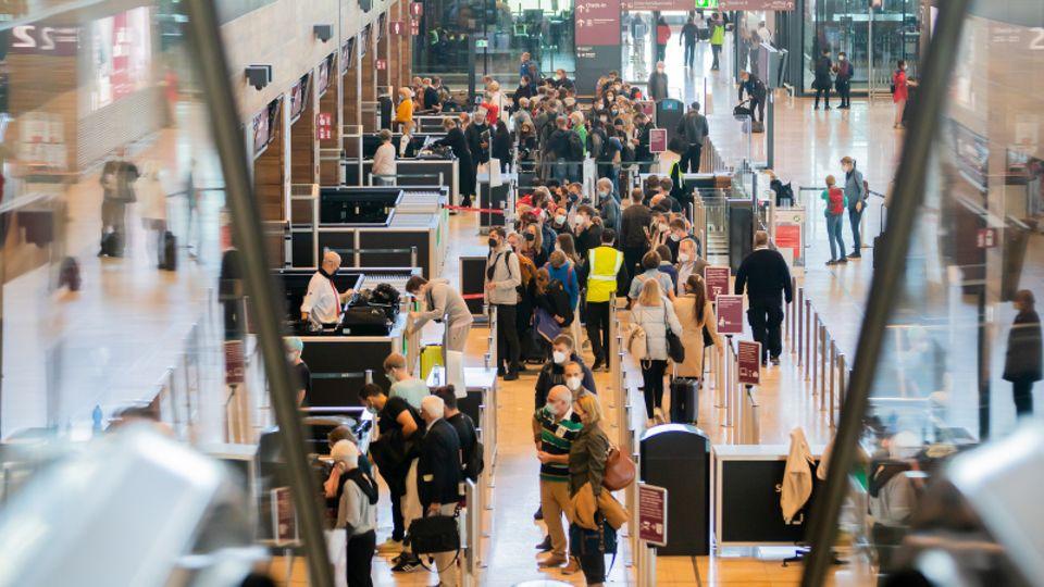 """Zahlreiche Passagiere stehen am Hauptstadtflughafen Berlin Brandenburg """"Willy Brandt""""(BER)"""