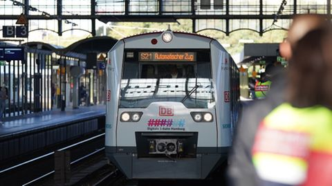 Die S-Bahn S21 fährt zur Premierenfahrt der digitalen, automatisch fahrenden S-Bahn Hamburg in den Bahnhof Dammtor ein