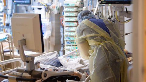 Ein Intensivpfleger kümmert sich auf einer Intensivstation um einen Covid-19-Patienten