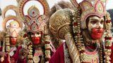 """Amritsar, Indien. Als Gottheit Lord Hanuman verkleidete Anhänger des Hinduismusnehmen vor Beginn des Dashahara-Festsan einer Prozession als Teil des Navratri-Fests teil. Das Dashahara ist ein hinduistisches Fest, das am zehnten Tag der mondhellen Hälfte des Monats Ashvayuja gefeiert wird–nach modernem Kalender meist Anfang/Mitte Oktober. Es handelt sich um den letzten Tag und Höhepunkt eines zehntägigen Festivals. Das Navratri (""""neun Nächte"""") ist eines der wichtigsten Feste im hinduistischen Jahreszyklus und wird in Teilen Indiens mit dem Dashahara verbunden. Es wird zumeist, aber nicht immer, vor dem Dashahara gefeiert."""