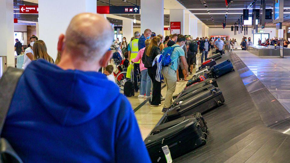 Am Wochenende mussten Ankommende stundenlang auf ihr Gepäck warten
