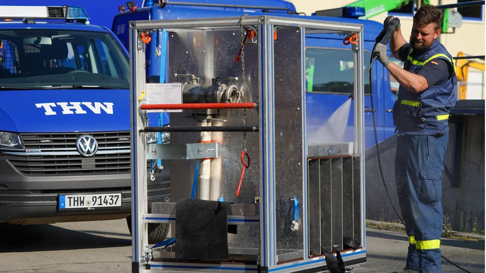 Steve Thiemer reinigt einen verschmutzten Hydrantverteiler