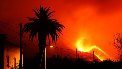 Spanien, La Palma: Lava fließt aus dem Vulkan Cumbre Vieja auf der Kanareninsel