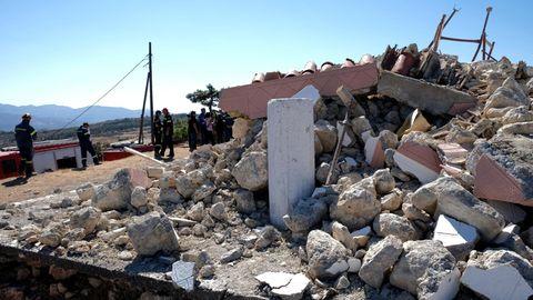 Griechenland, Arkalochori: Feuerwehrleute stehen neben der zerstörten griechisch-orthodoxen Kirche Profitis Ilias